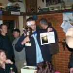 Předseda oddílu T. Prokop přebírá putovní pohár primátora za I. místo v soutěži družstev